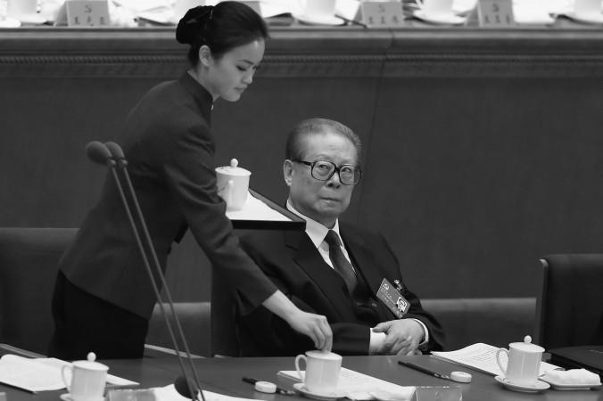 Cựu lãnh đạo Đảng Cộng sản Trung Quốc (ĐCSTQ) Giang Trạch Dân (bên phải) tham dự phiên khai mạc Đại hội ĐCSTQ lần thứ 18 được tổ chức tại Đại lễ đường Nhân dân vào ngày 8 tháng 11 năm 2012 tại Bắc Kinh, Trung Quốc. Những tin đồn về Giang Trạch Dân và các tình nhân của ông ta đã được phát tán trên mạng internet Trung Quốc mà không hề bị ngăn chặn, trái ngược với lệ thường. (Feng Li/Getty Images)