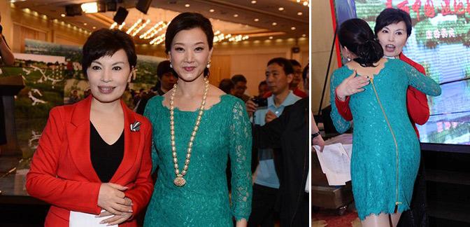 Li Ruiying (bên trái), cựu MC của chương trình tin tức hàng đầu mang tên Xinwen Lianbo (News Simulcast) của Đài Truyền hình Trung Ương Trung Quốc, và Song Zuying, một ca sĩ nhạc dân gian nổi tiếng, tham dự một buổi lễ từ thiện tại Bắc Kinh, ngày 10 tháng 5 năm 2013. Cả hai người phụ nữ này có tin đồn là tình nhân của Giang Trạch Dân. (Ảnh chụp màn hình/sohuhistory.com)