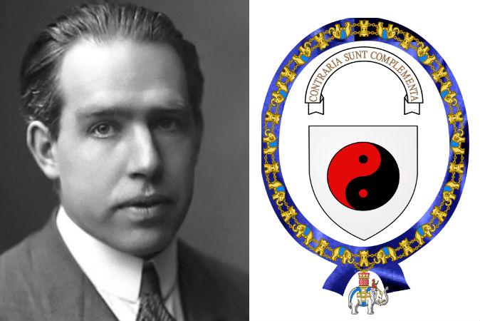 Ảnh trái: Niels Bohr, nhà tiên phong của vật lý lượng tử. (AB Lagrelius & Westphal) Ảnh phải: Huy hiệu nơi cánh tay áo được chính ông thiết kế, trong đó có biểu tượng âm – dương của Đạo gia.