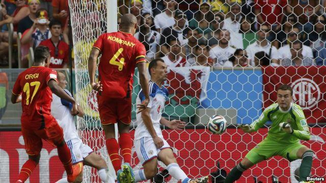 Cầu thủ Bỉ Divock Origi (trái) ghi bàn thắng trong trận đấu với Nga, tại sân vận động Maracana ở Rio de Janeiro, Brazil, 22/6/14