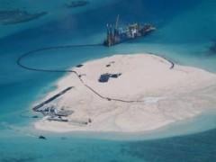 Philippines công bố ảnh chụp cho thấy tàu Trung Quốc đang vận chuyển vật liệu xây dựng đến đảo Gạc Ma (Johnson Reef) - REUTERS /Armed Forces of the Philippines