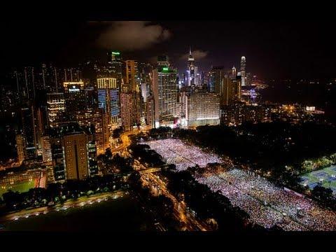 Khoảng 180.000 người đã tụ tập tại Công viên Victoria ở Hồng Kông để thắp nến tưởng niệm các nạn nhân của vụ thảm sát Thiên An Môn và kêu gọi lật đổ Đảng Cộng Sản Trung Quốc (ĐCSTQ), vào ngày 4 tháng 6 năm 2014. (Ảnh internet)