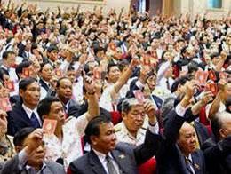 Các đại biểu quốc hội đều giơ thẻ đảng đồng ý, nhất trí...(minh họa)