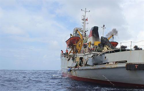 Phần lan can mạn trái tàu kiểm ngư 951 bị đâm sập - Ảnh: My Lăng
