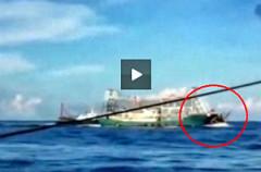 Tàu sắt của Trung Quốc ngang nhiên đâm thẳng vào tàu cá Việt Nam hôm 26/5. Ảnh chụp từ video clip