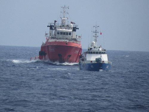 Tàu Trung Quốc (phía sau) áp sát, ngăn cản, sẵn sàng đâm va, uy hiếp tàu Việt Nam. Ảnh: Khánh Hiếu-Quang Vũ/TTXVN