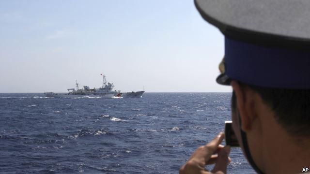 Cảnh sát biển Việt Nam theo dõi tàu Trung Quốc gần giàn khoan ở Biển Ðông.