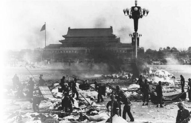 Đại thảm sát Thiên An Môn ngày 4 tháng 6, bức ảnh quân đội đang dọn dẹp quảng trường, theo chỉ thị đốt hết lều bạt của sinh viên, kể cả thi thể của dân chúng và sinh viên. (Ảnh hồ sơ 4.6)