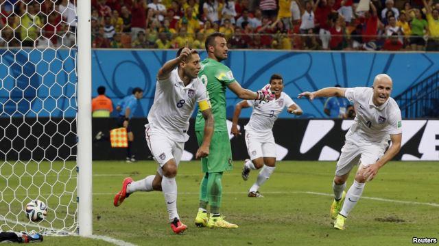Tiền đạo Clint Dempsey của Mỹ (trái) ghi bàn trong trận đấu với Bồ Đào Nha tại sân bóng Amazonia ở Manaus, 22/6/14