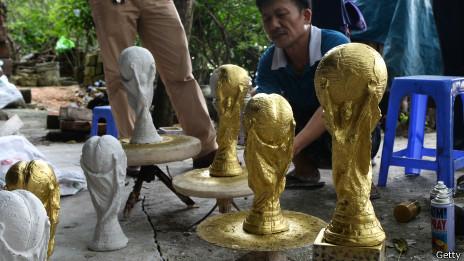 Nhân giải bóng đá World Cup ở Brazil, người Việt làm cúp để kinh doanh