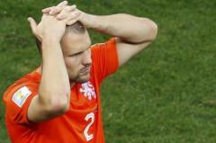 Trung vệ Ron Vlaar thất vọng sau khi đá hỏng quả phạt đền. Ảnh: Reuters