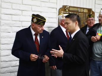 Thị trưởng Tạ Đức Trí thăm hỏi các cựu chiến binh Mỹ ở thành phố Westminster, California - DR