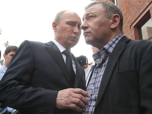 """Tổng thống Nga Vladimir Putin (trái) và tỉ phú Arkady Rotenberg, người có tên trong """"danh sách đen"""" của Mỹ. Ảnh: THE NEW YORKER"""