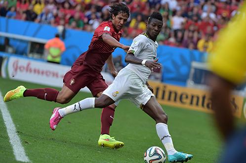 Asamoah Gyan (phải) đã trở thành cầu thủ châu Phi ghi nhiều bàn thắng nhất trong lịch sử World Cup - Ảnh: AFP