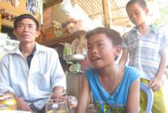 Em Trần Văn Đạt (áo xanh, bên cạnh bố) kể lại hành trình đi lạc đường hơn 300 km trên chiếc xe đạp