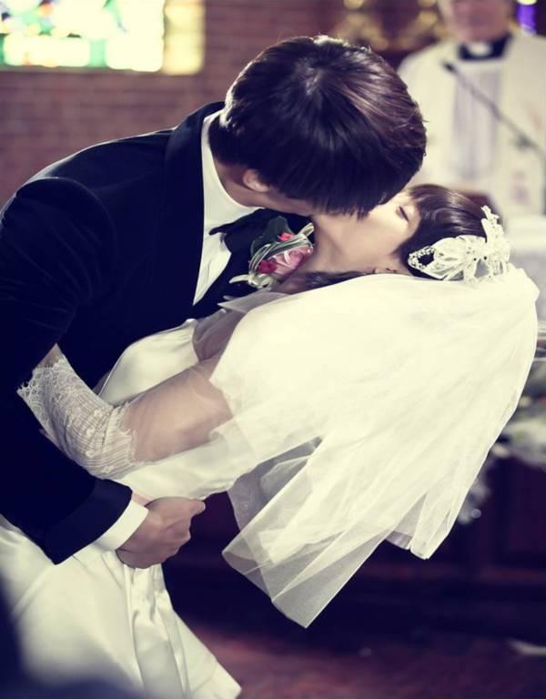 Jin Hee (Song Ji Hyo) nồng nàn ôm hôn chồng tại lễ cưới 1