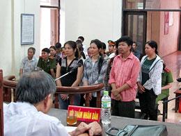 Anh Đinh Văn Chính (áo hồng) và 9 người dân xã Hương Sơn, Huyện Mỹ Đức trước tòa. Photo Lan Huong/TuoiTre