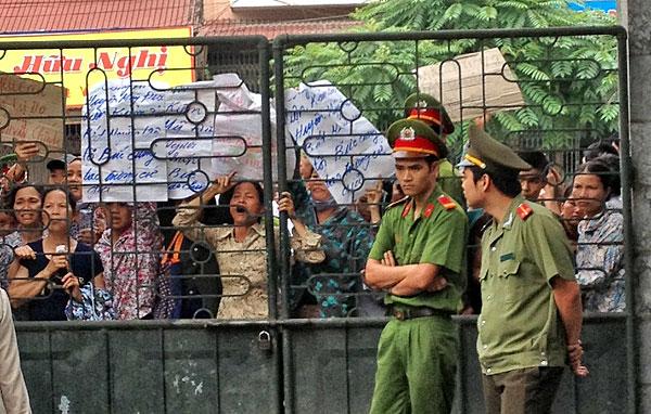 Người dân Mỹ Đức xin vào dự tòa không được, căng biểu ngữ phản đối trước tòa. Photo T.Lua/TTre