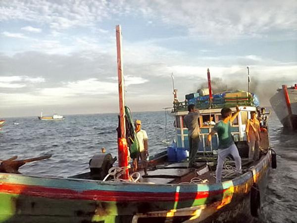 Chiều 5/7, tàu cá QNg 96185 TS đã trở về với đầy thương tích do bị tàu Trung Quốc tấn công