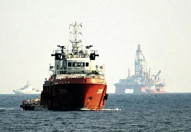Một tàu Trung Quốc ngăn chặn một tàu tuần tra của Cảnh sát biển Việt Nam gần một giàn khoan HD 981 của Trung Quốc nằm trong vùng đặc khu kinh tế của VN hôm 28 tháng 5 năm 2014.  AFP