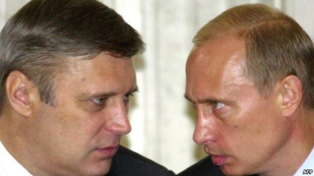 Cựu Thủ tướng Mikhail Kasyanov (Trái) nói với Tổng thống Nga Vladimir Putin (right) vào tháng 7 năm 2013 (Ảnh: AFP).