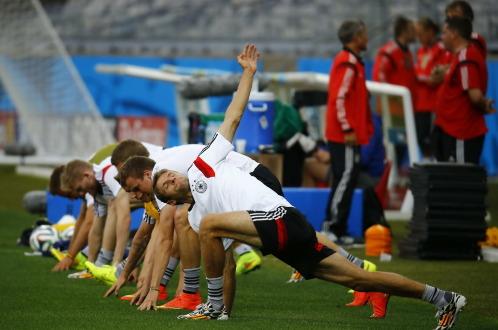 Tuyển Đức nỗ lực tập luyện chuẩn bị cho trận gặp Brazil. Ảnh: Reuters