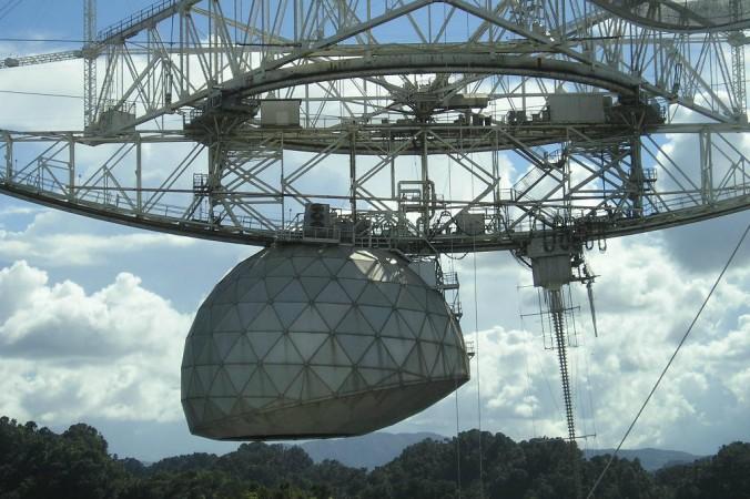 Đài quan sát Arecibo ở Puetro Rico. (Alessandro Cai qua Wikimedia Commons)