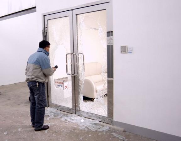 Cánh cửa của văn phòng Đại Kỷ Nguyên ở Hồng Kông sau khi bị bốn kẻ côn đồ đập vỡ vào tháng 3/2006. (Epoch Times)