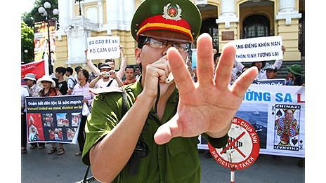 Công an tại Việt Nam đã nhiều lần bị phản ánh về hành vi không tuân thủ luật pháp