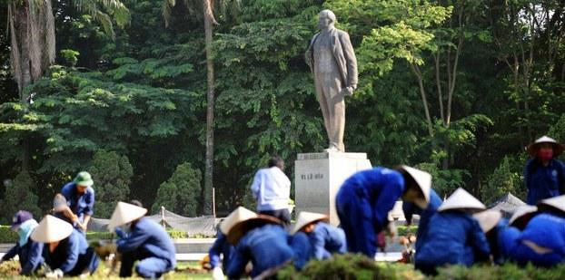 Công nhân đô thị chăm sóc công viên Lê Nin ở Hà Nội. Ảnh AFP