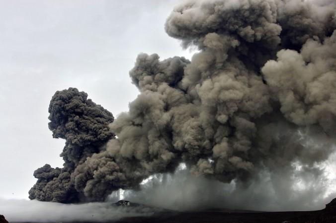 Một cột tro bụi phun trào từ một núi lửa dưới sông băng Eyjafjallajokull, Iceland (Reuters)