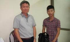 Ông Nhật trao lại tiền mình nhặt được cho anh Nam - Ảnh: Thanh Niên