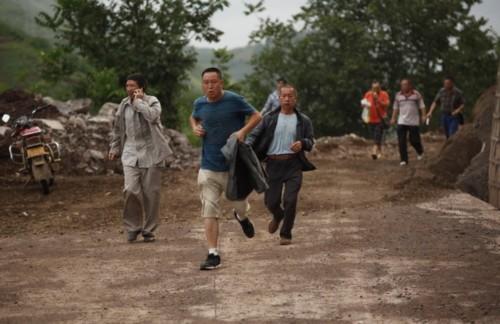 Truyền hình nhà nước Trung Quốc phát sóng hình ảnh người dân ùa ra đường và tụ tập trên các con phố.