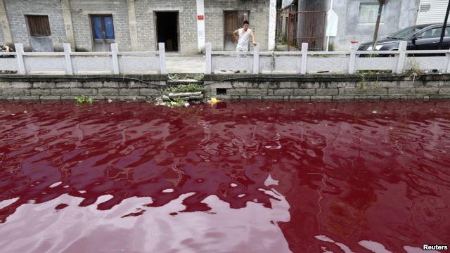 Cuối tuần qua, cư dân tỉnh Ôn Châu, Trung Quốc, thấy nước sông chảy qua thành phố nhuốm một màu đỏ cạch