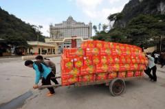 Những phụ nữ Việt Nam đang vận chuyển trái cây Trung Quốc qua cửa khẩu Tân Thanh ở Bắc Lạng Sơn.  AFP photo