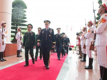 Tướng Mỹ Martin E.Dempsey bên cạnh Thượng tướng Đỗ Bá Tỵ trong chuyến thăm Việt Nam từ 14 đến 17/08/2014. http://www.defense.gov