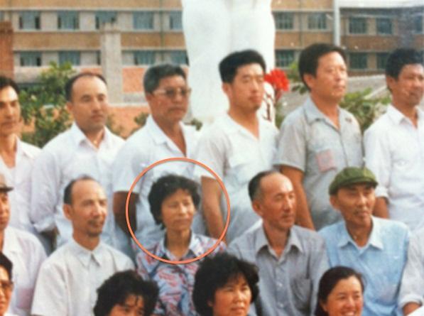 Vương Thục Hoa (người phụ nữ trong vòng tròn) là vợ cũ của Chu Vĩnh Khang. Theo tin tức của kênh truyền thông nhà nước của Trung Quốc cho biết Vương Thục Hoa đã chết trong một tai nạn xe hơi do Chu Vĩnh Khang sắp đặt. (Screenshot/ifeng.com)