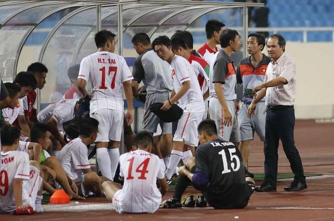 Bầu Đức (bìa phải) động viên đội U.19 Việt Nam sau trận thua U.19 Nhật Bản - Ảnh: Bạch Dương