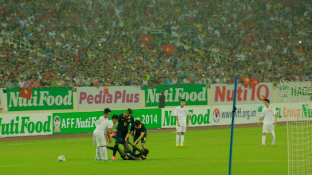 Các cầu thủ Việt Nam giúp đối phương khi bị chuột rút