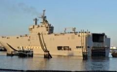 Con tàu chiến mang tên Vladivostok, một trong hai tàu đổ bộ trực thăng lớp Mistral do Pháp đóng theo hợp đồng với Nga, ban đầu dự kiến được giao hàng cho Nga vào cuối tháng 10 năm nay - Ảnh: AFP/BBC.