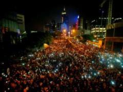 Người biểu tình đòi dân chủ tràn ngập con đường chính đến trụ sở chính quyền Hồng Kông tối ngày 29.9 - Ảnh: Reuters