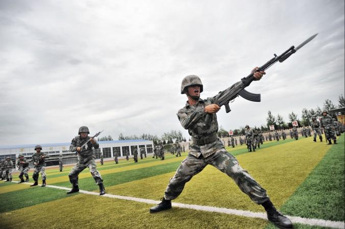 Binh lính diễn tập quân sự tại Bắc Kinh vào ngày 22/7/2014. Cuộc diễn tập quy mô lớn kéo dài từ tháng 7 đến tháng 9 có thể được định hướng vào việc giữ ổn định cho tình hình chính trị trong nước (theo nhận xét của Chen Pokong, hình ảnh ChinaFotoPress từ Getty Images)