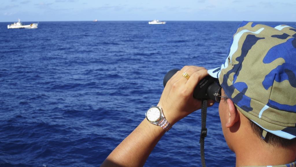 Cảnh sát biển Việt Nam giám sát các tàu Trung Quốc xung quanh giàn khoan Hải Dương Thạch Du 981 tại Biển Đông, 15/07/2014.