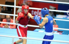 Võ sỹ boxing Lừu Thị Duyên (áo đỏ) thi đấu bán kết hạng cân 57-60kg. Ảnh: N.K