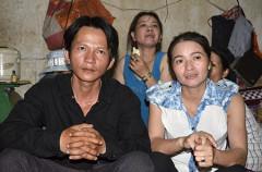 """Anh Trịnh Minh Vương (áo đen) đã phải bỏ về quê vì không chịu được áp lực dư luận từ sau khi nhặt được """"kho báu"""" hơn 5 triệu Yen trong chiếc loa"""