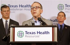 Trong buổi họp báo tổ chức vào Chủ Nhật, 12/10/2014 tại Dallas, Ts. Daniel Varga – GĐ khoa lâm sàng của bệnh viện Texas Health Presbyterian Hospital – đã trả lời những câu hỏi về một nhân viên chăm sóc sức khỏe cho bệnh nhân mắc Ebola là Thomas Eric Duncan. Ông Varga cho biết, nhân viên này hoàn toàn được trang bị bảo hộ khi chăm sóc cho Duncan trong chuyến thăm thứ hai của ông tới bệnh viện này. (Ảnh Internet)