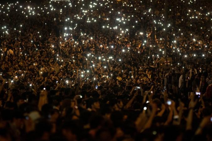 Những người biểu tình dùng điện thoại di động để thắp sáng đường phố bên ngoài Khu phức hợp Chính quyền Hồng Kông vào ngày 29/09/2014 tại Hồng Kông. Các thông tin về làn sóng biểu tình ở Hồng Kông đã bị chặn ở Trung Quốc Đại lục, nhưng nhiều người Trung Quốc đại lục vẫn lên tiếng ủng hộ phong trào dân chủ trên mạng Internet. (Chris McGrath / Getty Images)