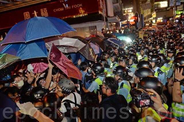 Trong suốt quá trình diễn ra cuộc biểu tình chiếm trung tâm, trên các con đường đều có các gián điệp, đặc vụ, cảnh sát mặc thường phục cho đến xã hội đen tham gia vào, trong đó đặc vụ của Đảng cộng sản Trung Quốc (ĐCSTQ) là đông nhất, họ có mặt ở từng góc phố tại các hiện trường diễn ra cuộc biểu tình chiếm trung tâm. ( Ảnh tư liệu của báo Đại Kỷ Nguyên)