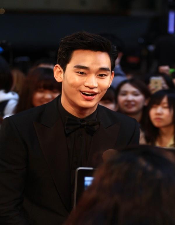 Kim Soo Hyun được vinh danh là diễn viên xuất sắc nhất châu Á tại LHP Tokyo 2
