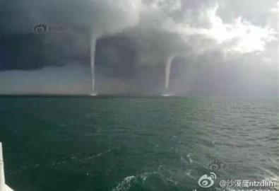 """Sáng ngày 20 tháng 10, tại Hồ Thanh Hải xuất hiện cảnh tượng 9 """"vòi rồng"""" ngoạn mục."""